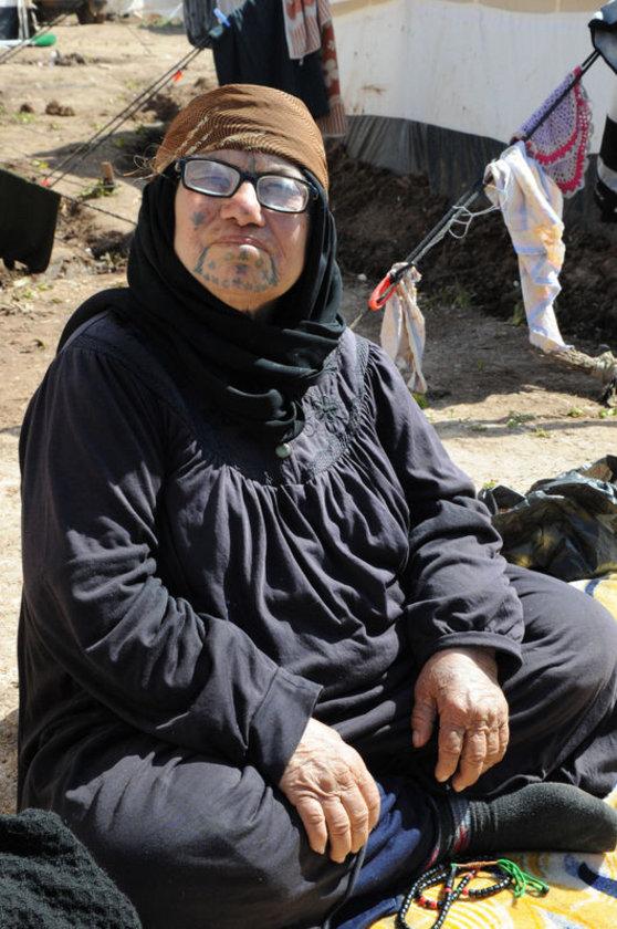 <p>SURİYE: Ülkelerinde olay nedeniyle binbir güçlükle kurdukları yuvalarını, geride bırakarak hayatta kalmak için geldikleri Türkiye sınırı yakınındaki derme çatma çadırlarda yaşam mücadelesi veren ve birçoğu çadırda anne olan Suriyeli kadınlar zorluğu, acıyı, hüznü ve yurt özlemini bir arada yaşıyor.</p>