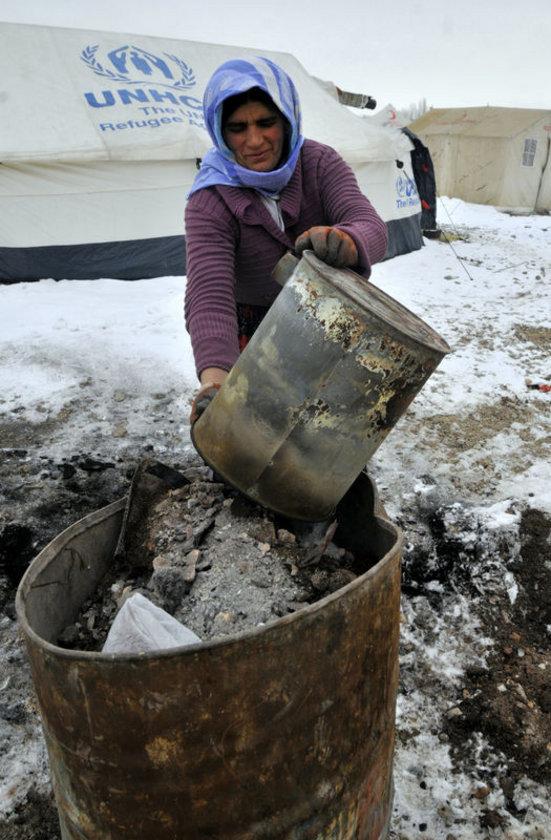 <p>DOĞU'DA KADIN OLMAK: Anadolu'nun Doğu ve Güneydoğu bölgelerindeki kadınlar, günlük işlerini yapmaya devam ediyor.</p>