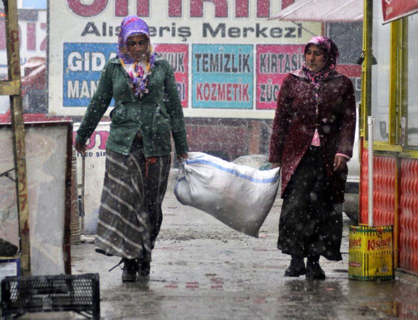 <p>Zor şartlarda yaşayan kadınların birçoğu ailelerine destek sağlıyor.</p>