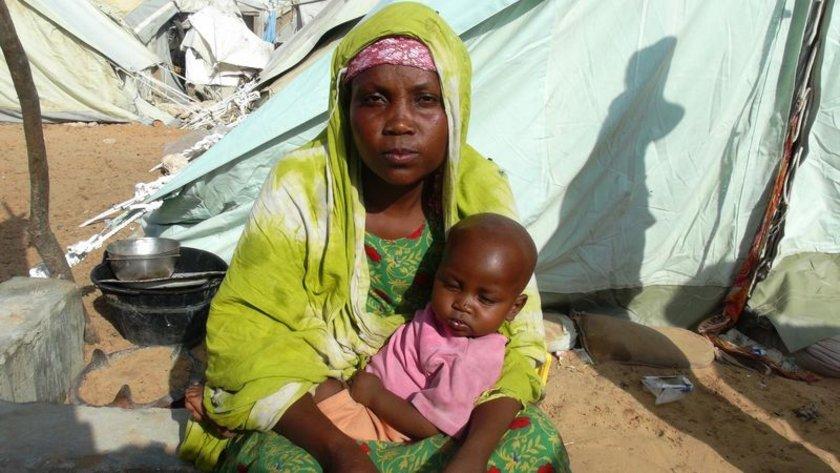 <p>SOMALİ: Somali'de 20 yılı aşkın süredir devam eden iç savaş sebebiyle ülkeyi saran yoksulluk ve açlık, her gün onlarca insanın ölümüne ve yüzlercesinin göç etmesine sebep oluyor. Yoksulluk ve zulümden kaçmak için şehirlere göç eden aileler ise uluslararası yardım kuruluşlarının verdikleri çadırlara sığınıyorlar.</p>