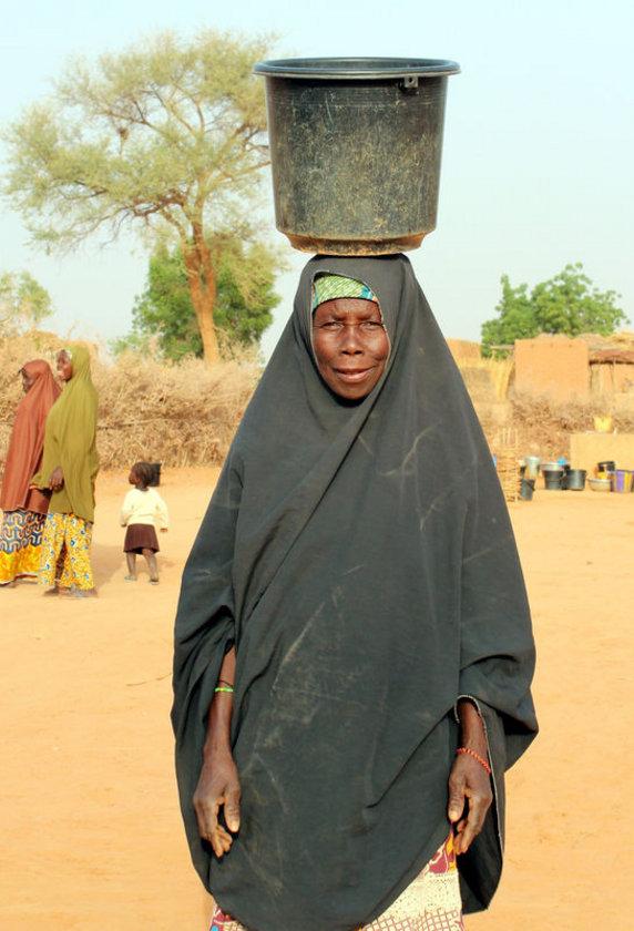 <p>NİJER: Dünyanın en fakir ülkelerinde Nijer'de hayatın bütün ağır yükünü kadınlar taşıyor. Ülkede bedava iş gücü olarak da görülen kadınların dramı, küçük yaşlardan başlıyor. Sefalet ve açlğın pençesinde çırpınan ailelerde kız çocukları, sırtlarına bağladıkları kardeşleriyle ev işlerini yapıyor, odun topluyor, başlarında kovalarla su taşıyor, tarlada çalışıyor.</p>