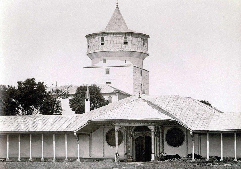 1870'li\nyıllarda çekilmiş\nErmakov'a ait\nbir fotoğrafta\nEdirne\nSarayı'nın giriş\nkapısı.