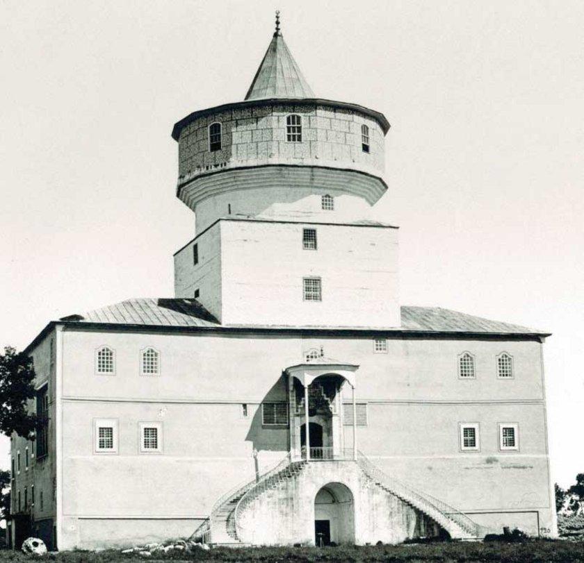 Ermakov'a ait bir fotoğrafta,\nFatih SultanMehmed tarafından\nyaptırılan 6 katlı Cihannüma\nKasrı; 1870'li yıllar...