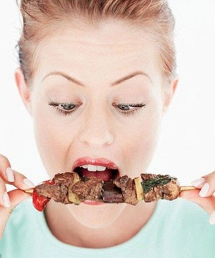 PROTEİNLİ GIDALARLA BESLENİN-\nUzun süre tokluk sağlamak da sigarayı bırakmaya bağlı kaçakları azaltıyor. Bunun için protein içeren; et, tavuk, balık, hindi eti, peynir çeşitleri ile yumurta, süt, yoğurt gibi besinlerin tüketimine özen gösterilmesi gerekiyor.