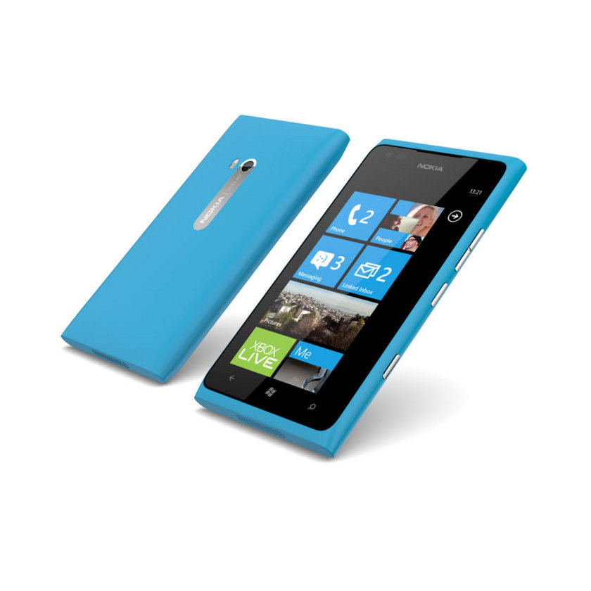 İbkandinav şirket Nokia'nın geçen yıl piyasaya sürdüğü bu modeli, toplam 217 dolara mal oluyor. Bu rakamın 209 doları donanım, 8 doları ise işçilikten oluşuyor. Cihazın en pahalı bileşeni 58 dolar ile 4.3 inç büyüklüğündeki AMOLED ekranı. Cihazın kontratsız satış fiyatı ise 449 dolar. Buna göre bir cihazdan elde edilen gelirin%1.8'i işçiliğe gidiyor. Nokia'nın Lumia 900'deki kâr marjı ise %106 seviyesinde