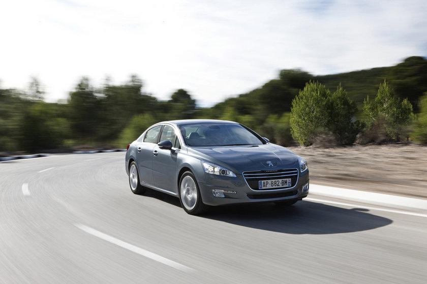 """508'de de fırsatlar var.\nPeugeot'nun orta üst segmentteki modeli 508'de fiyatlar kampanyalı. Hızlı, işlevsel ve sessiz çalışan e-HDi motor seçeneği ile şehir içinde %15'e varan yakıt tüketimi ve CO2 salım kontrolü sağlayan Peugeot 508, 4 bin TL'ye varan indirimler var. Ayrıca, 2012 Model Peugeot 508 Access 1.6 HDi Auto6R modelinde 40 bin TL için 20 ay """"0"""" faiz imkanı var. Kredi kullanmadan peşin alım yapmak isteyenler 69 bin 500 TL'den başlayan fiyatlar ile 508'e sahip olabiliyorlar."""