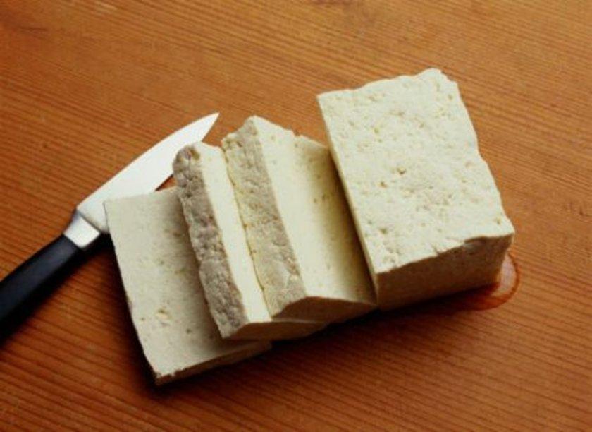 Bir avuç içi kadar az tuzlu peynir.