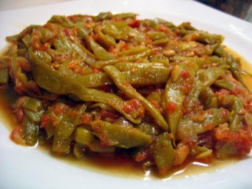 12:00 - 13:00<br><br>\nÖğle yemeği, bir tabak zeytinyağlı yeşil fasulye, 3-4 adet ızgara köfte, bir kâse yoğurt, turp ve havuç ile hazırlanmış salata ile bir tatlı kaşığı keten tohumu olabilir. Tüm salatalara doğal sirke konabilir. Çünkü sirke, mide hazmını ve midenin boşaltılmasını yavaşlatır. Bu nedenle faydalıdır.