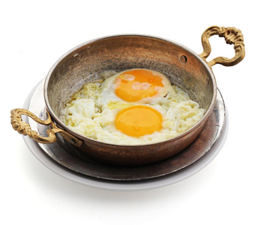 06:00<br><br>\nKahvaltıda köy tereyağında yumurta (arzu edilirse pastırmalı olarak), yanında 8-10 adet zeytin, bir avuç içi kadar beyaz peynir, bir çay bardağı ceviz içi, arzu edildiği kadar domates, biber, salatalık, turp, maydanoz, nane, roka, tere ve limonlu çay.