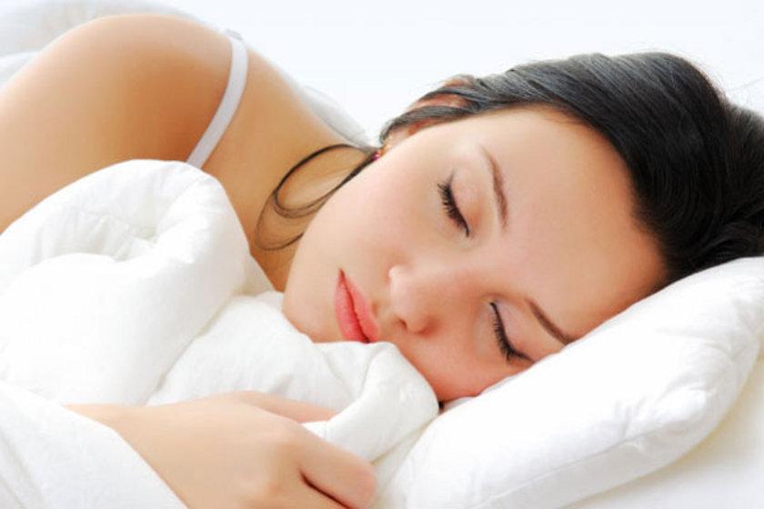 24:00 - 01:00<br><br>\nUyku önemlidir. Siz uykunun derinliklerine dalarken, zayıflatan hormon leptin uyanıyor ve en yüksek düzeyde salgılanmaya başlanıyor.