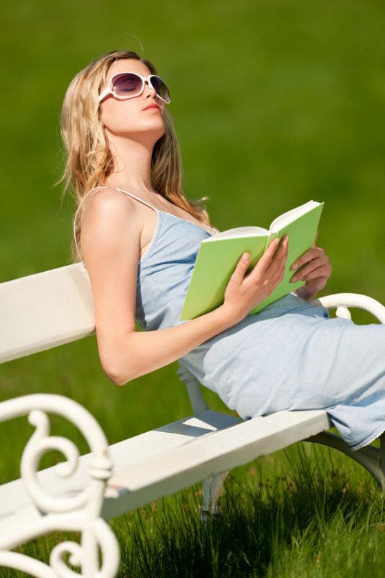 D vitaminin iki kaynağı vardır: Birincisi güneşin UVB ışınları etkisiyle derimizde üretilmektedir.