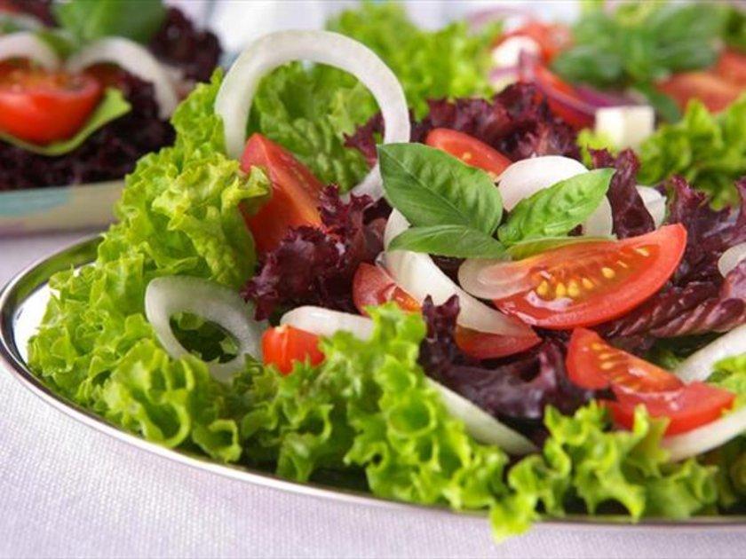 Yemeklerin yanında tercih edilen yiyecekler <br><br>\n\n-Et ve balık yemekleri ile birlikte bol mevsim salatası, soğan yenebilir. \n\n-Yemeklerle birlikte cacık, sızma zeytinyağı, bol sarmısak ve nane eklenerek içilebilir.