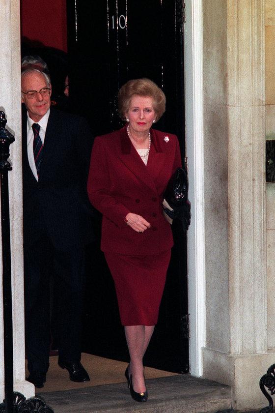 Kasım 1990- Eşi Denis'le Downing Street'ten son kez ayrılırken