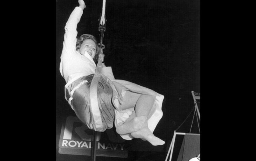 1983 yılında donanmayı ziyaret ettiği sırada emniyet kemeriyle havadan inmeyi denerken
