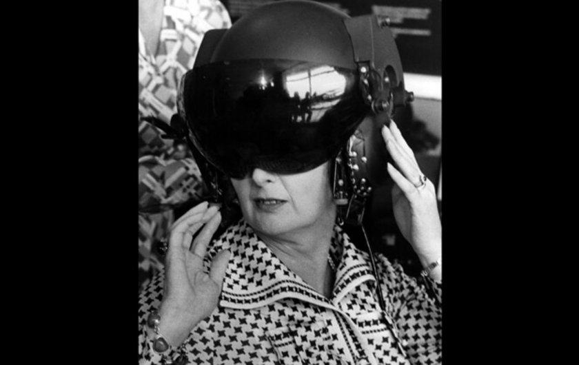 Yenilikleri denemekten hiçbir zaman çekinmeyen Thatcher'ın 1978 yılında kasklı bir pozu