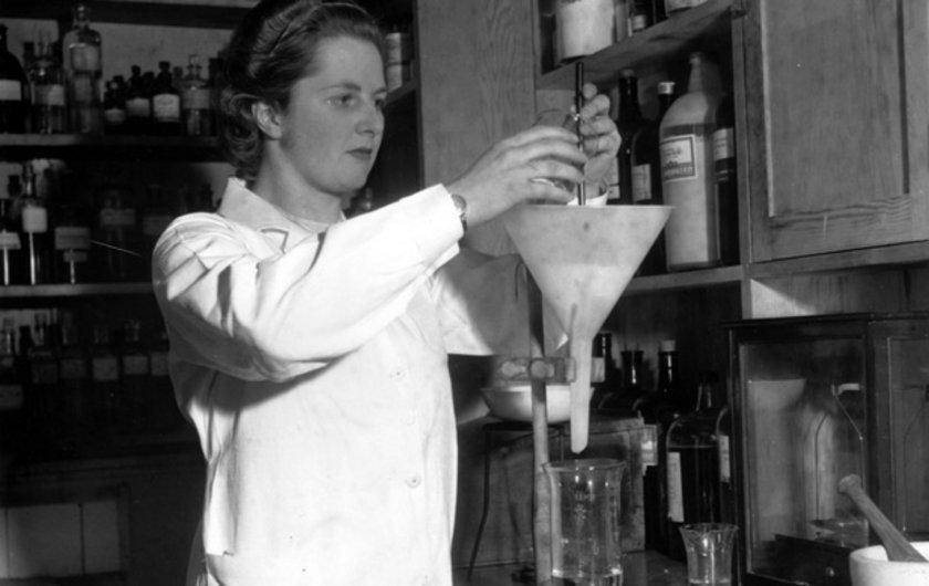 Thatcher 1947 yılında Oxford Üniversitesi Fizik Bölümünden mezun oldu. 1950 yılında politikaya atılana kadar olan sürede kendini kimya araştırmacısı olarak tanımladı.