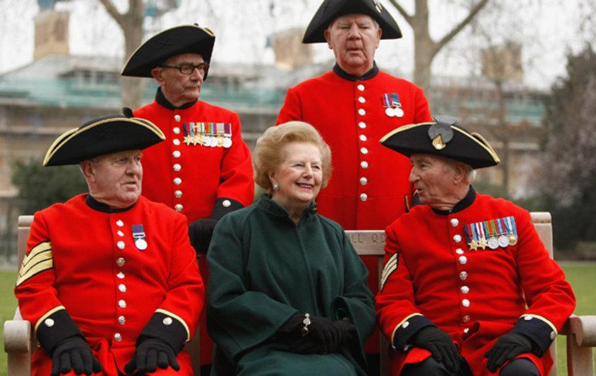 Eski başbakan Margaret Thatcher 2008 yılında Londra'da Kırmızı paltolu Chelsea bakımevindeki yaşlılarla ...