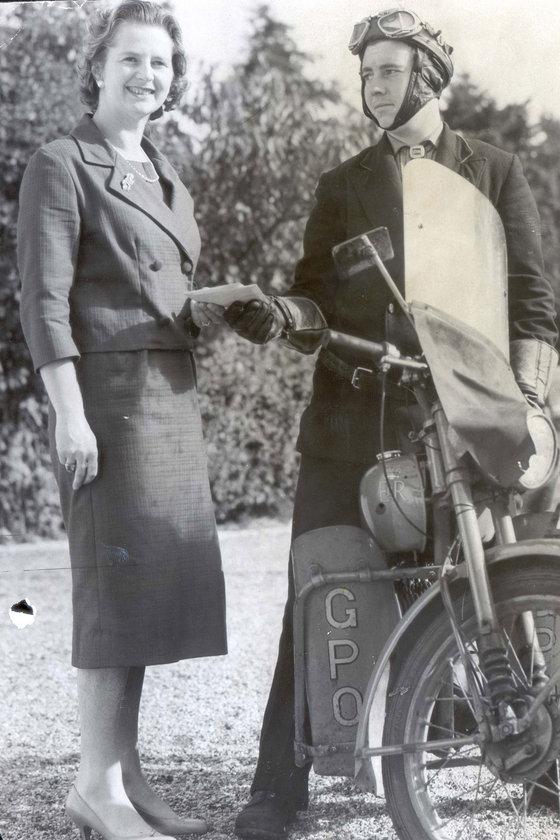 Ekim 1959- Farnborough'daki evinde seçim sonrası telgraf alırken
