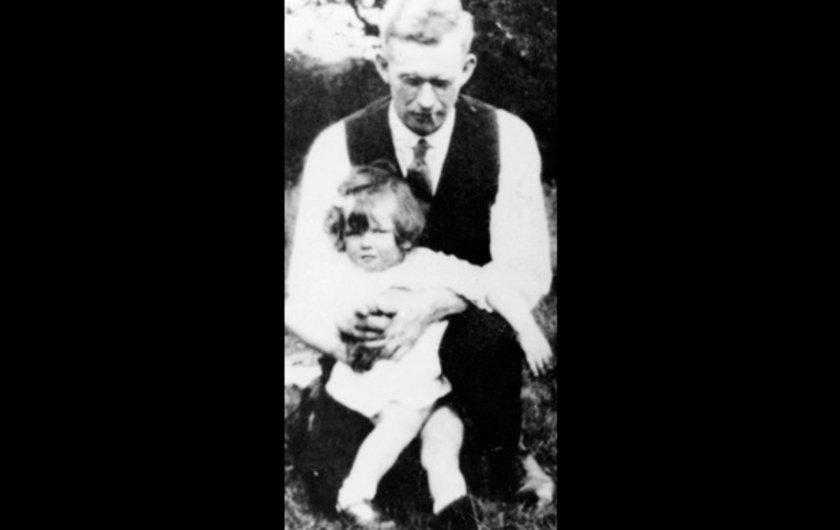 Geleceğin başbakanı Margaret Roberts, küçüklüğüne ait bu resimde babası Aldred'in kucağında otururken... Thatcher, şehirde yaşayan inançlı bir protestan esnaf ailesinden geliyordu.
