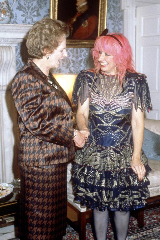 Ekim 1988 - Londra'da Tasarımcı Zandra Rhodes ile tanışırken
