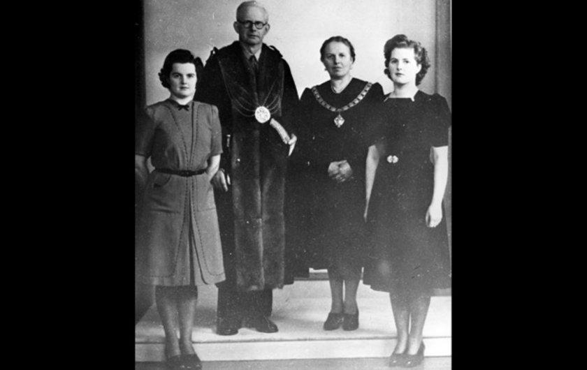 Genç Margeret Roberts (sağda) bir portre için Ailesi ve kız kardeşiyle beraber poz verirken. Margaret sonrasında İngiliz işadamı Denis Thatcherile evlenip 1951 yılında onun soyadını aldı.