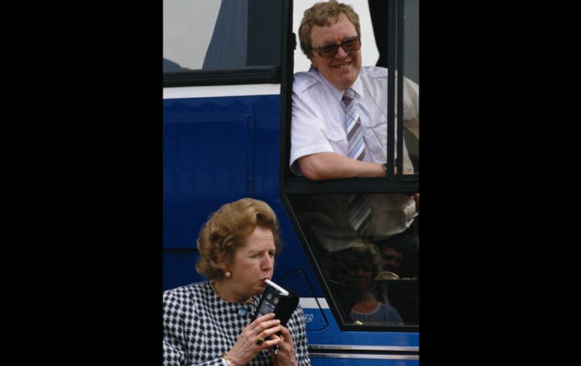 İngiliz Başbakan 1987 yılında kampanya turunun Midlands ayağında alkolmetreyi denerken.. Belki de şampanyayı fazla kaçırmıştır!?