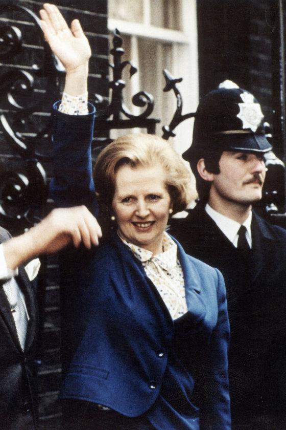 Mayıs 1979- İlk kadın başbakan seçildikten sonra eşi Denis'le Downing Street'te