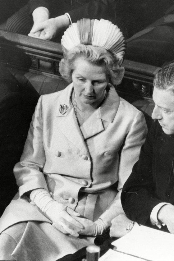 Temmuz 1970- Parlamento'da Muhafazakar Parti tarafında otururken... Thatcher 1975-1990 arasında\nmuhafazakâr parti başkanlığı, 1979-1990 arasında da başbakanlık yaptı.