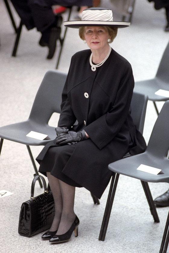 Mayıs 1994- Düz renk elbisesiyle Londra'daki Waterloo Uluslararası İstasyonu'nun açılışında