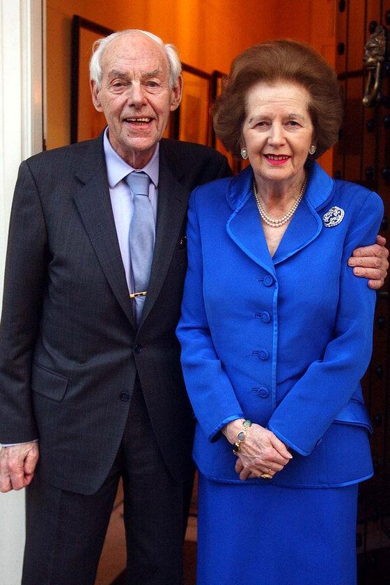14 Şubat 2003- Eşi Denis'in kalp ameliyatı sonrasında Belgravia'daki evinde.