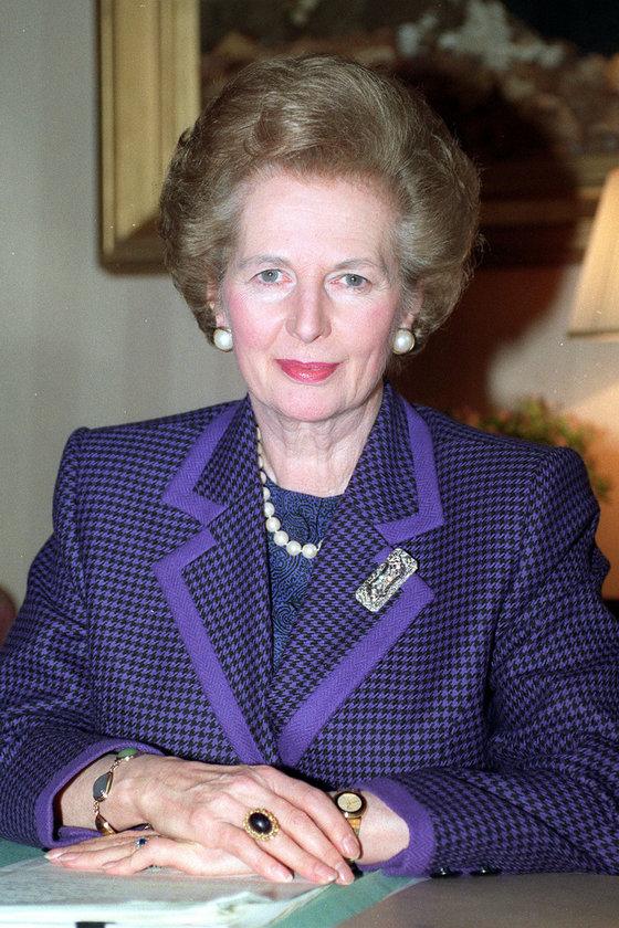 Kasım 1990- Downing Street'teki ofisinde inci taşlı mor ceketiyle