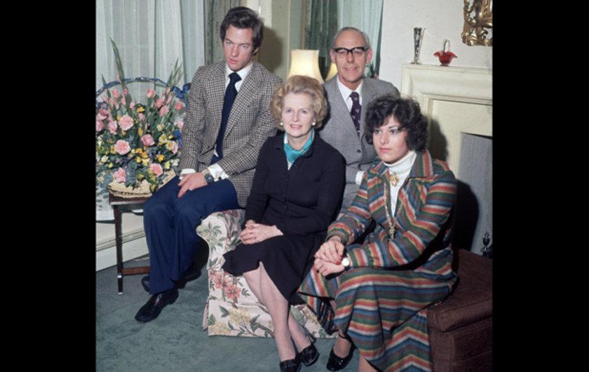 Başbakan Margaret Thatcher 1976 senesinde eşi ve çocukları ile bir portre için poz verirken