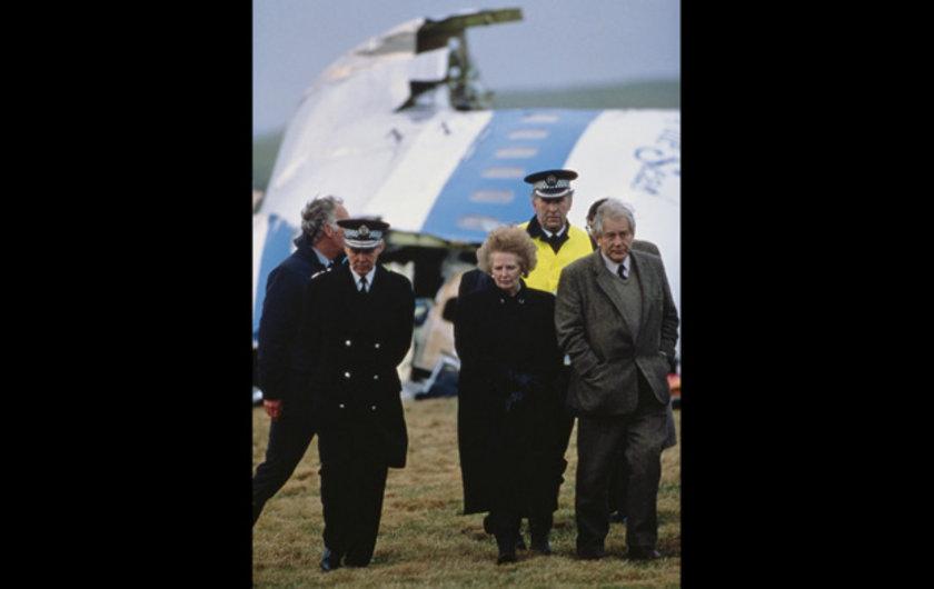 1988 yılının 22 Aralığında 259 kişi hayatını kaybettiği uçak saldırısının enkazını ziyaret ederken