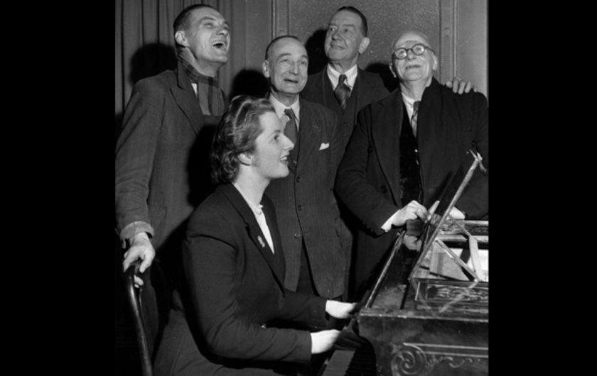 1950'de Dartford şehrindeki Bull Inn'de piano çalarken çekilmiş bir fotoğraf