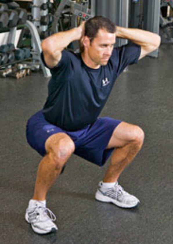 Ayaklarınızı omuz genişliğinde açarak ayakta durun. Üst bacaklarınız yere paralel gelene kadar squat hareketi yapın. Bir saniye duraklayın ve başlangıç pozisyonuna dönün.
