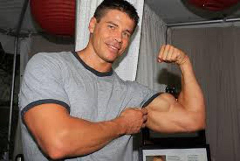 Bu hareketi günde iki kere en az 10 tekrar yaptığınızda kollarınızdaki sertleşmenin farkına varacaksınız...