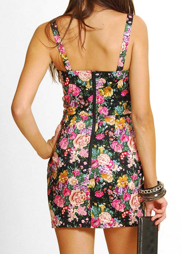 Desenler: Yoğun desenler, çiçek detayları sizi her zaman olduğunuzdan daha kilolu gösterir.