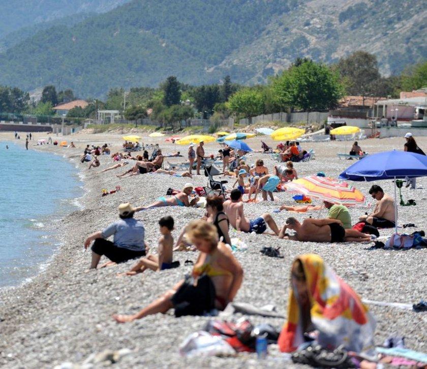 Antalya'da sıcaklıklar 30 dereceyi gördü. Yerli ve yabancı turistler sahillere akın etti. Bu kareler dün çekildi.