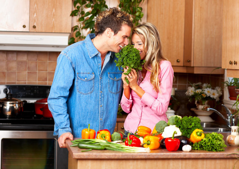 Bütün zeytinyağlılar, ızgaralar, haşlamalar ve çiğ sebzeler. Bir bitki ancak çiğ olduğunda hücrenin ihtiyacına tam olarak karşılık verir. Sebze piştiğinde hücreye verilecek hammaddeyi azaltmış olur ama yine de diğerlerinden iyidir. Bir gün herkes sebze suyu içecek, ne kadar market varsa hepsi kola yerine sebze suyu satacak.