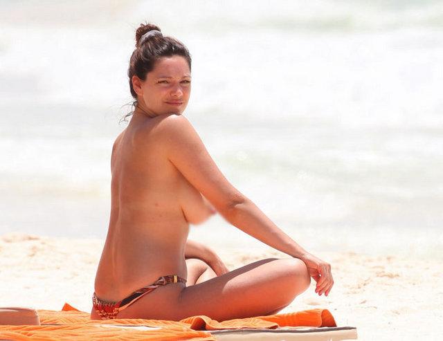 Нравится Аппетитная девушка на пляже? . Смотрите еще галереи. частное фото