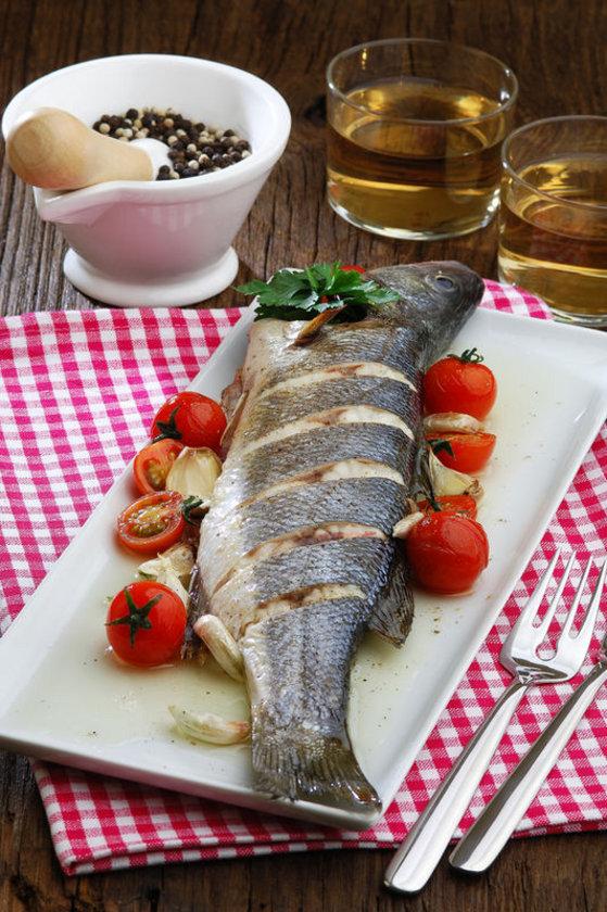 7) Balık ve iyi yağların tüketimini artırın. Kabuklular hariç tüm deniz ürünleri iyidir. Yemek pişirmede zeytinyağını, ayçiçek ve mısır yağına tercih edin.