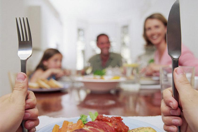 Akşam yemeği öğle yemeğinden en az 4 saat sonra yenilmelidir. Akşam yemeği, olabilecek en erken saatte yenmeli.