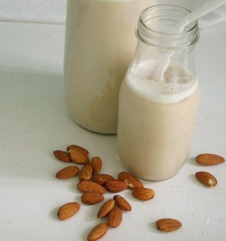 Badem sütü. Badem protein, yağ, kalsiyum içeriği ve yüksek alkali özellikleriyle diğer kuruyemişlerden üstündür.