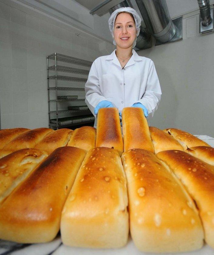 İki dilim glutensiz ekmek. Az miktarda üzüm pekmezi ve tahin.