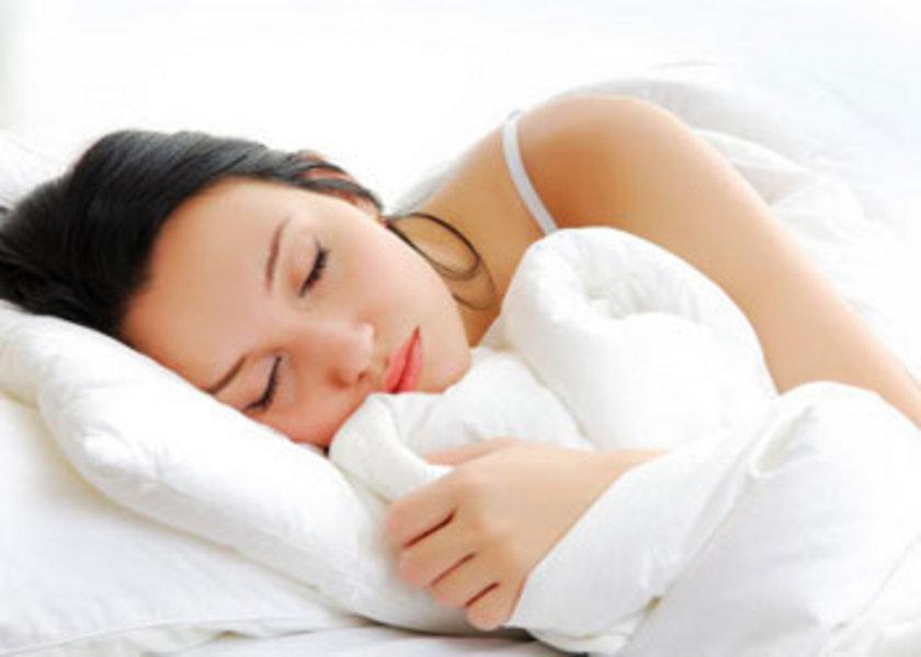 - Yatma saatinin ideali 23.00-24.00'dır. Yatak odası tamamen karanlık olmalı, karanlık değilse göz bandı kullanılmalıdır.