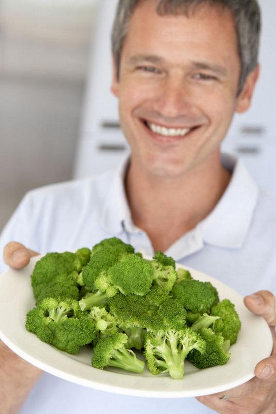 10. BROKOLİ: Brokoli kansere ve immün sistem hastalıklarına karşı bizi koruyan bir yiyecektir. Brokolinin içinde sülforofan denen madde vardır.