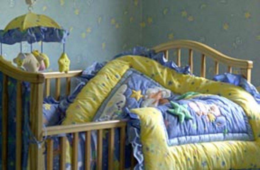 Boğulma tehlikesini önlemek için bebek yataklarında bebeğe çok yakın şekilde sallantılı aksesuvar kullanılmamalı.