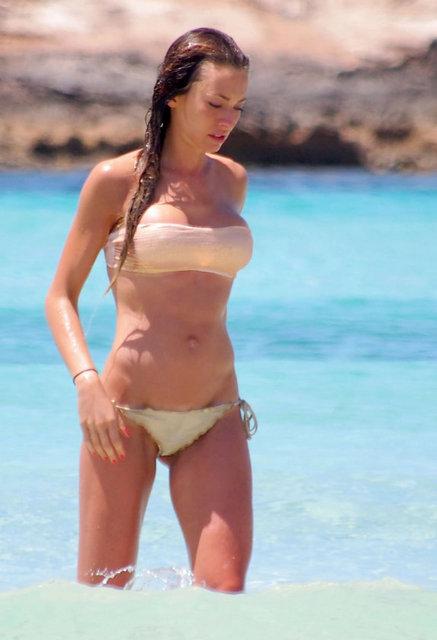 Dünyaca ünlü model ve oyuncu Alessia Tedeschi, İspanya'nın eşsiz sahillerinde tatil yapıyor.