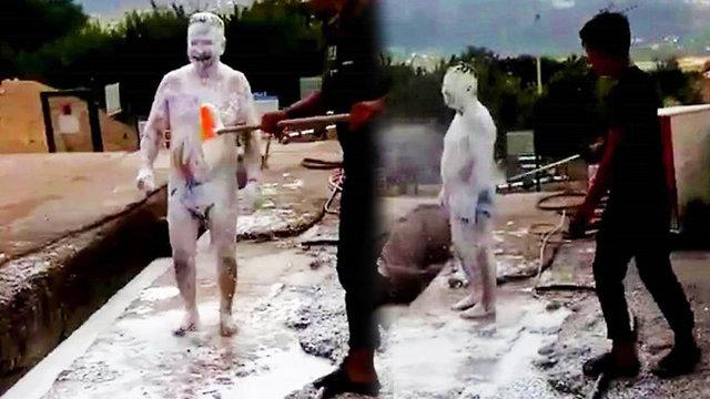 Denizli'nin Çameli İlçesi'nde çiftçilik yapan Hasbi Kaya, önce otomobilini ardından da kendini köpükletip, fırçalatarak hortumla yıkattı. Görüntüler sosyal medyada kısa sürede yayıldı.