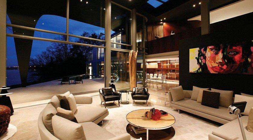 Oldukça sessiz bir bölgede bulunan 4 katlı ve bin 300 metrekare büyüklüğündeki evin sahibi olacak kişinin, Formula-1 şampiyonu Michael Schumacher ve şarkıcı Phil Collins ile komşu olacağı da belirtildi.